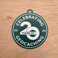"Grande breloque - Souvenir ""Celebrating 20 Years of Geocaching"""